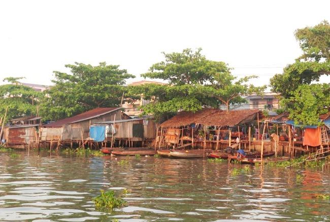Nhà ven sông Cái Răng, Cần Thơ. Photo: TốngMai