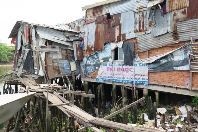 Nhà ven sông quận Bảy, Saigon. Photo: TốngMai