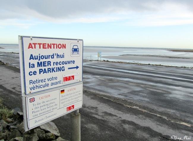 Chú ý: Dời xe ra khỏi bãi đậu xe lúc 5g chiều không thì thủy triều lên sẽ bị ngập. Photo: TốngMai