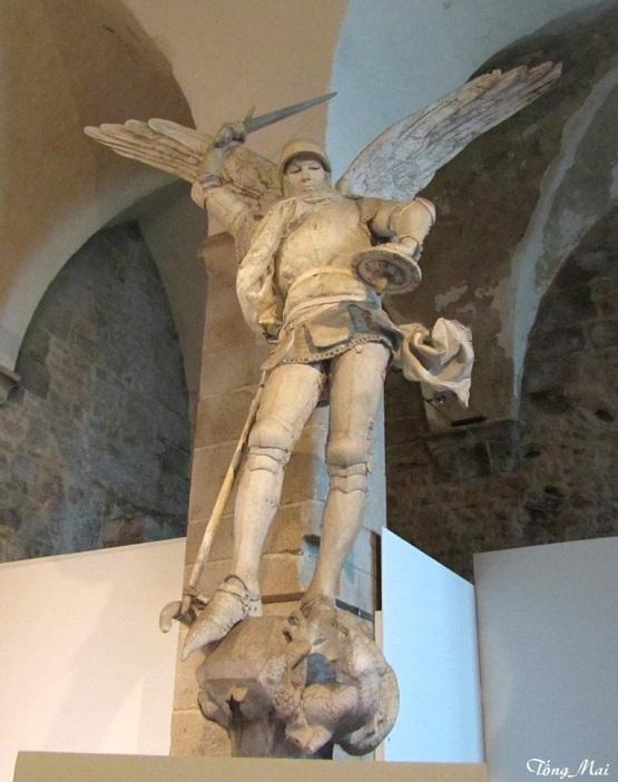 Statue Saint-Michel. Photo: TốngMai