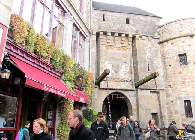 Muốn vào lâu đài phải đi qua Porte du Roi có draw bridge. Photo: TốngMai